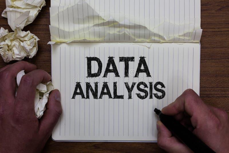 Het schrijven nota die Gegevensanalyse tonen De bedrijfsfoto demonstratie vertaalt aantallen aan de Analytische holding m van de  royalty-vrije stock foto's