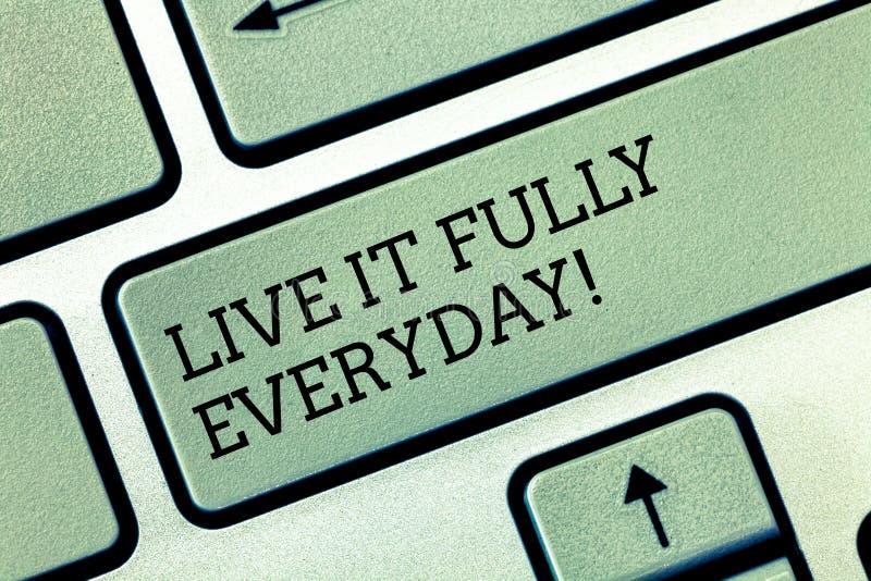 Het schrijven nota die Live It Fully Everyday tonen De bedrijfsfoto demonstratie optimistisch is geniet Succesvol het levens van  royalty-vrije stock fotografie
