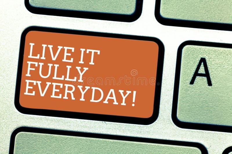 Het schrijven nota die Live It Fully Everyday tonen De bedrijfsfoto demonstratie optimistisch is geniet Succesvol het levens van  royalty-vrije stock foto's