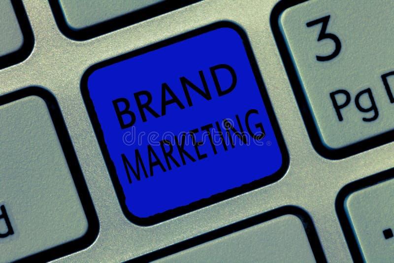 Het schrijven nota die Merk Marketing tonen Bedrijfsfoto die Creërend voorlichting over producten rond de wereld demonstreren royalty-vrije stock afbeeldingen