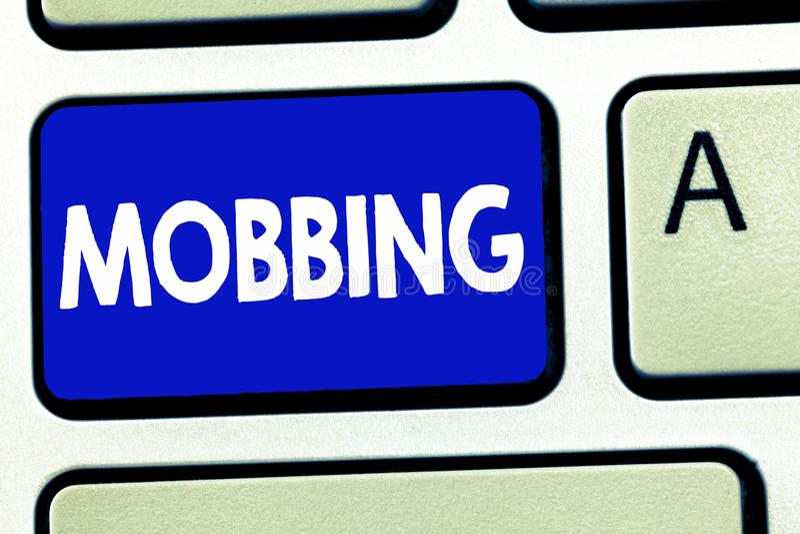 Het schrijven nota die Mobbing tonen Bedrijfsfoto die Bulling van individu demonstreren speciaal bij Spanning van het het werk de royalty-vrije stock foto