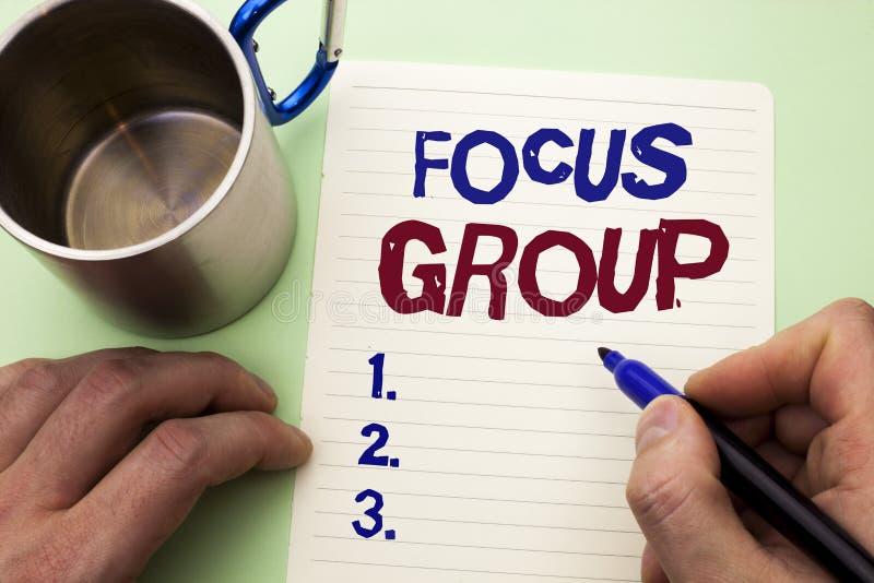 Het schrijven nota die Nadrukgroep tonen Bedrijfsfoto die het Interactieve Concentrerende geschreven Geconcentreerd demonstreren  stock afbeelding