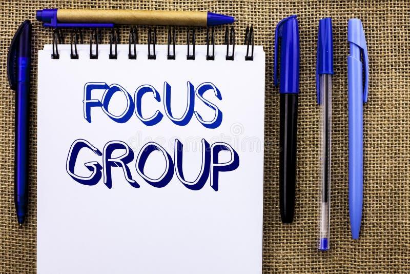 Het schrijven nota die Nadrukgroep tonen Bedrijfsfoto die het Interactieve Concentrerende geschreven Geconcentreerd demonstreren  stock foto's