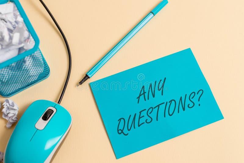 Het schrijven nota die Om het even welke Vragenvraag tonen Bedrijfsfoto demonstratie het Vragen om de Verduidelijking van de onde stock fotografie