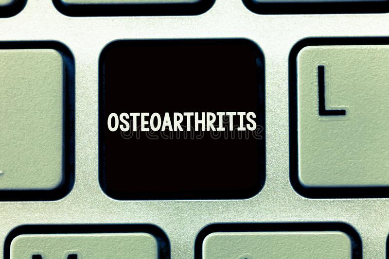 Het schrijven nota die Osteoartritis tonen Bedrijfsfoto demonstratiedegeneratie van gezamenlijk kraakbeen en het onderliggende be stock fotografie
