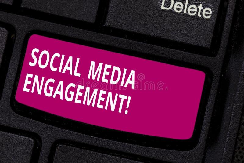 Het schrijven nota die Sociale Media Overeenkomst tonen Bedrijfsfoto die Meedelend in online communautaire platforms demonstreren stock afbeeldingen