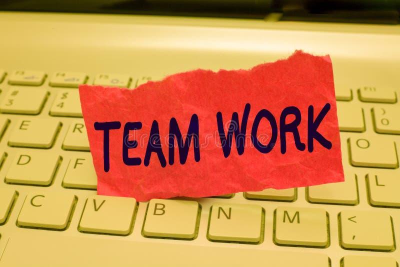 Het schrijven nota die Team Work tonen Bedrijfsfoto die Gecombineerde actie van een de samenwerkingssamenwerking van de groepswer stock fotografie