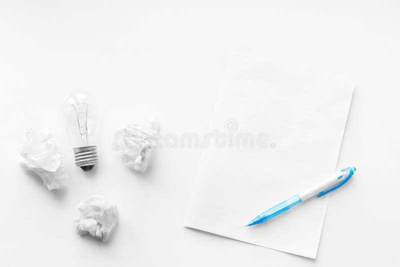 Het schrijven poëzie Nooit op geef Nieuwe bedrijfsidee en innovatie in handel Pen, leeg blad en verfrommelde bladen van document royalty-vrije stock afbeeldingen