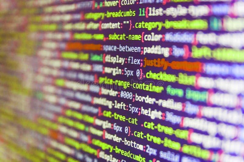 Het schrijven programmeringsfuncties op laptop IT codage op het monitorscherm SEO-concepten voor betere SERP royalty-vrije stock afbeelding