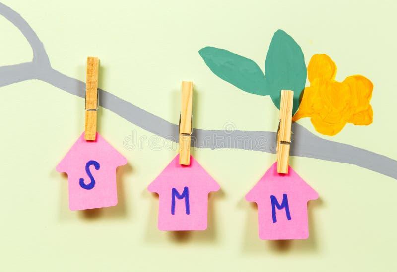Het schrijven SMM op boomboomstam stock foto