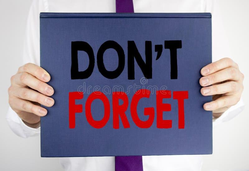 Het schrijven tekst het tonen vergeet niet Bedrijfsdieconcept voor Don t geheugen Remider op het document van het boeknotitieboek stock afbeeldingen
