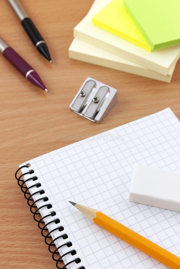 Het schrijven van apparatuur op bureau stock fotografie
