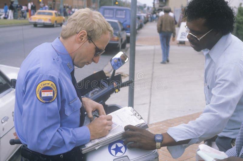 Het Schrijven Van De Politieman Kaartje Redactionele Foto