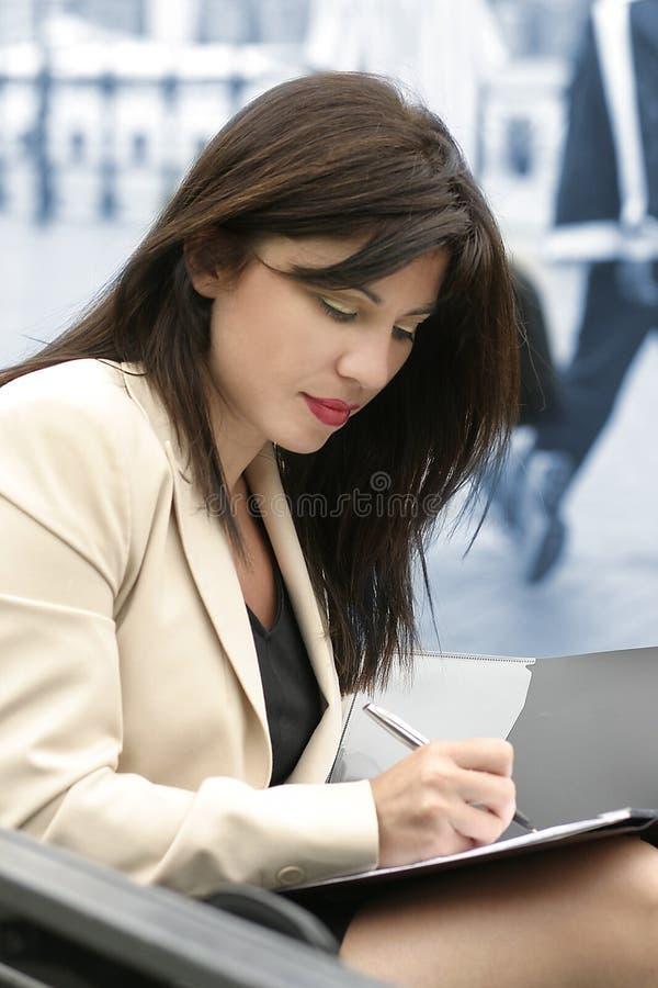 Het schrijven van de vrouw (verticaal formaat) stock fotografie