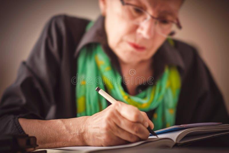 Het schrijven van een benoeming in notitieboekje stock foto