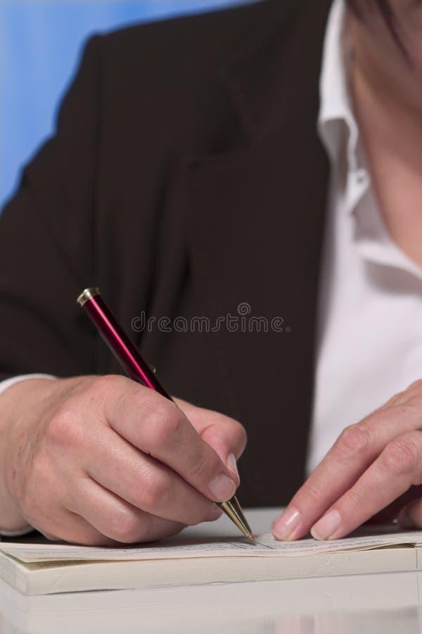 Het schrijven van een cheque 2 stock afbeeldingen