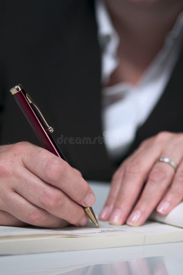 Het schrijven van een cheque 4 stock fotografie