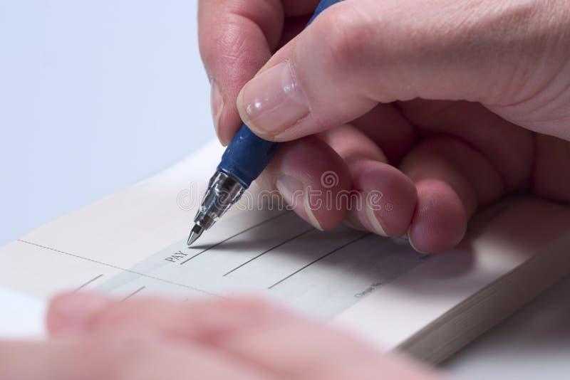 Het schrijven van een cheque (close-up) 3 royalty-vrije stock afbeeldingen