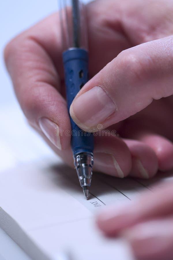 Het schrijven van een cheque (close-up) 4 royalty-vrije stock foto's