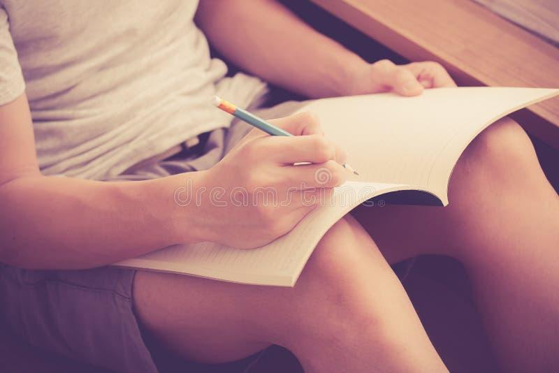 Het schrijven van een dagboek stock afbeeldingen