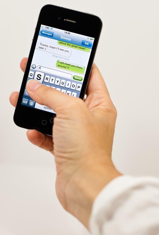 Het schrijven van een tekstbericht op iPhone 4 royalty-vrije stock fotografie