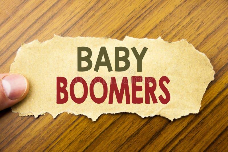 Het schrijven van tekst die Baby Boomers tonen Bedrijfsconcept voor Demografische die Generatie op notadocument wordt geschreven  stock foto's
