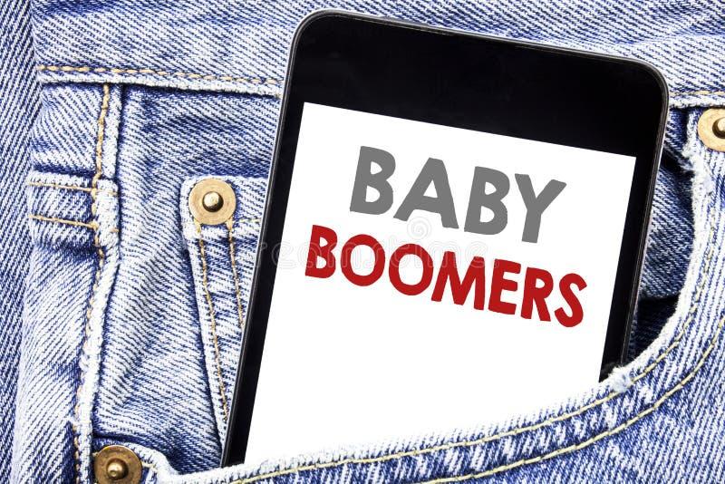 Het schrijven van tekst die Baby Boomers tonen Bedrijfsconcept voor Demografische die Generatie op smartphone van de cellphonetel stock foto