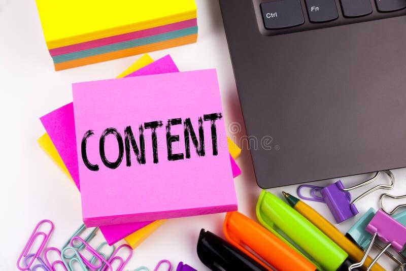 Het schrijven van tekst die Inhoud tonen maakte in het bureau met omgeving zoals laptop, teller, pen Bedrijfsconcept voor Zaken a stock afbeeldingen