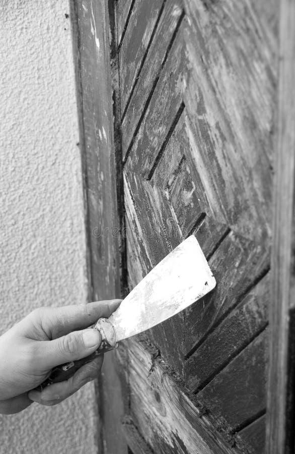 Het schrobben van de arbeider deur royalty-vrije stock afbeelding