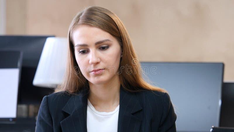 Het schudden van Hoofd om, Nr door Vrouw in Bureau te verwerpen stock afbeelding