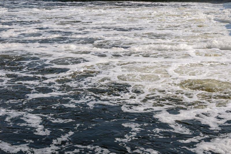Het schuim op het rivierwater stock fotografie