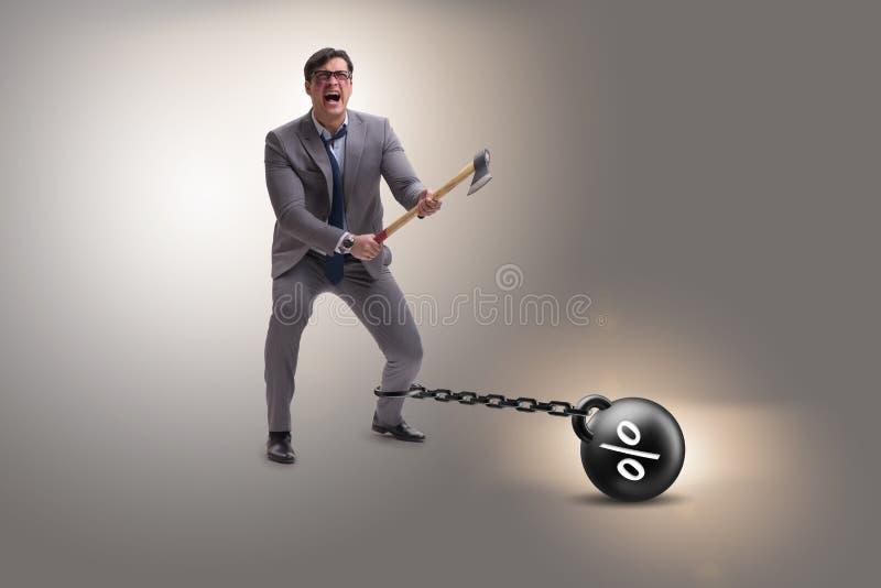 Het schuldconcept met zakenman die lenings aan last met bijl ontsnappen stock afbeelding