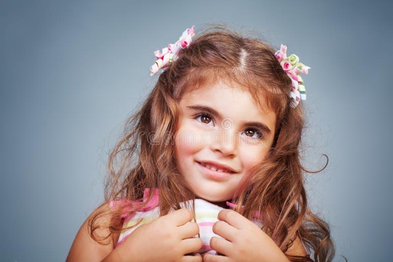 Het schuwe portret van het babymeisje royalty-vrije stock afbeelding