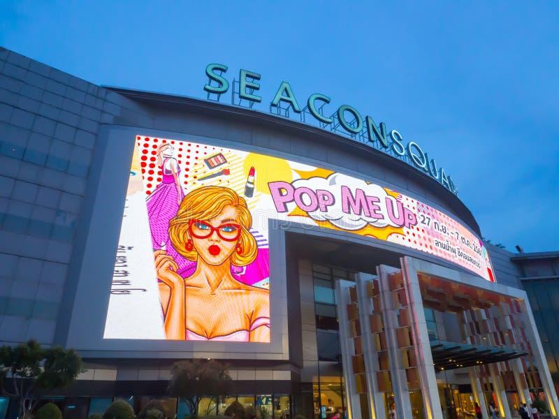 Het Seaconvierkant is een groot winkelcomplex in Prawet-District, Bangkok Het Beeld bij nacht stock fotografie