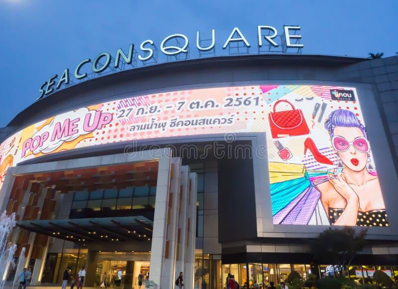 Het Seaconvierkant is een groot winkelcomplex in Prawet-District, Bangkok Het Beeld bij nacht stock afbeeldingen