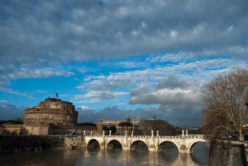 Het het seizoenweer van Rome betrekt onder de Tiber-rivier en de Brug Ponte Sant ` Angelo dichtbij van Castel Sant Angelo in Rome stock afbeelding