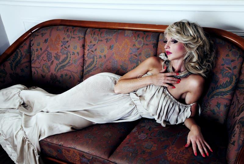 Het sensuele blondeschoonheid stellen royalty-vrije stock foto