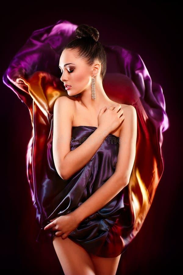 Het sensuele manier sexy donkerbruin meisje model stellen stock foto's