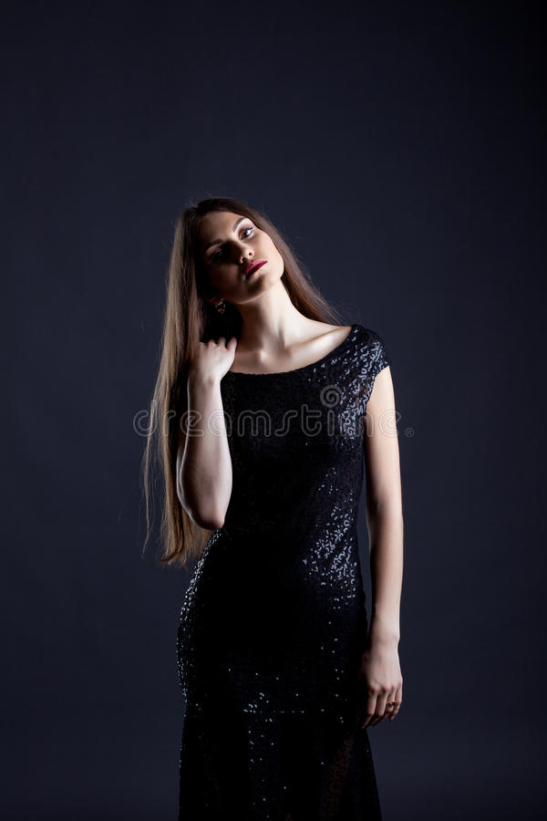 Het sensuele model stellen in elegante cocktailkleding royalty-vrije stock fotografie