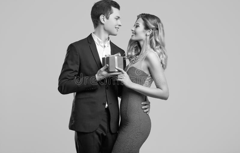 Het sensuele mooie jonge paar kleedde zich in formele kleding stock afbeeldingen