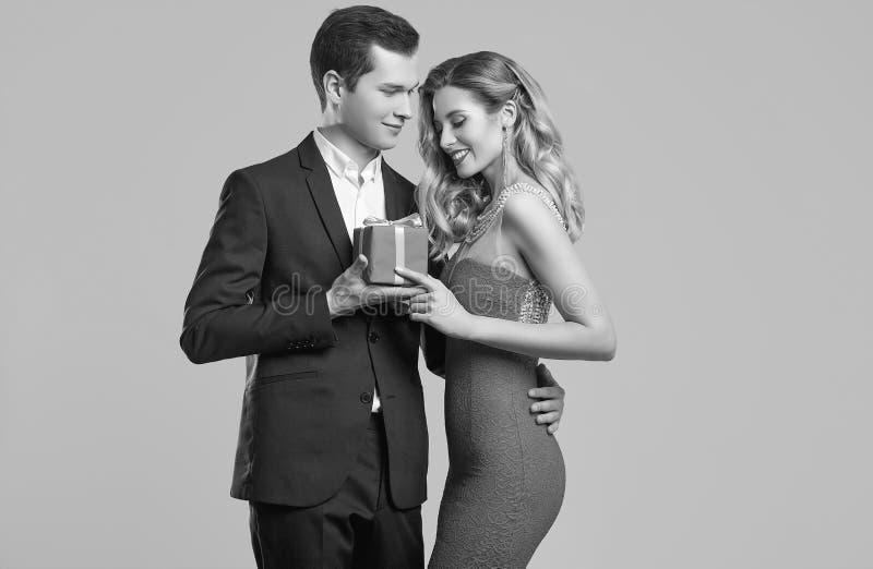 Het sensuele mooie jonge paar kleedde zich in formele kleding royalty-vrije stock foto's