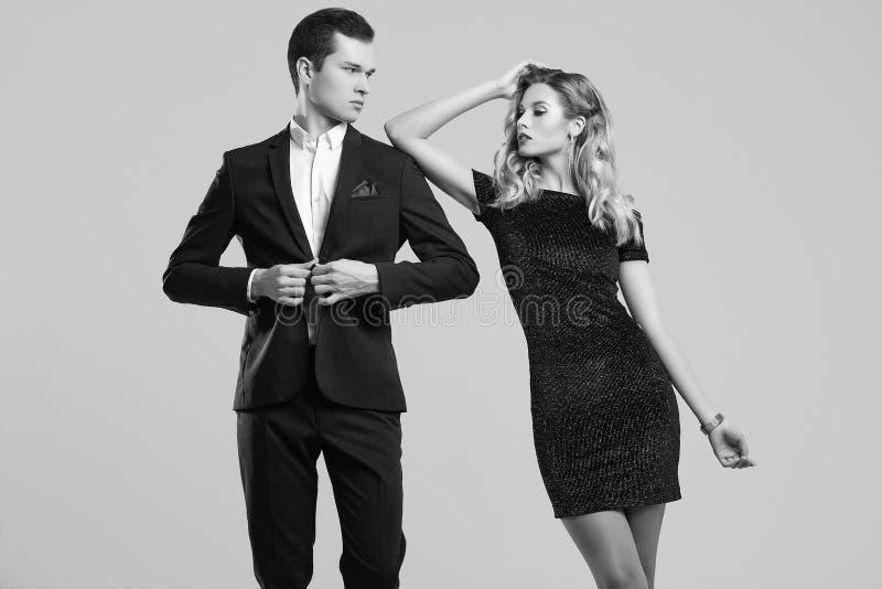 Het sensuele mooie jonge paar kleedde zich in formele kleding royalty-vrije stock afbeeldingen