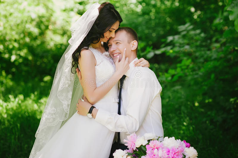 Het sensuele portret van de bruid en de bruidegom omhelzen, liefde, familie, huwelijk, verhoudingen, levensstijl stock afbeelding