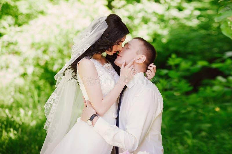 Het sensuele portret van de bruid en de bruidegom omhelzen, liefde, familie, huwelijk, verhoudingen, levensstijl stock foto's