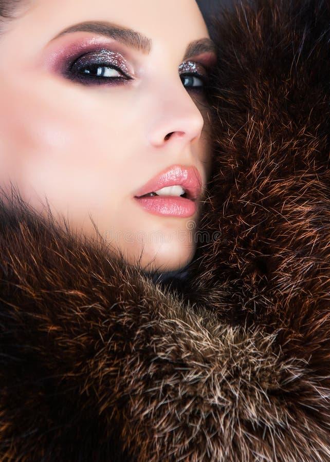 Het sensuele portret van een meisje met glanzend maakt omhoog het dragen van natuurlijk BO royalty-vrije stock foto