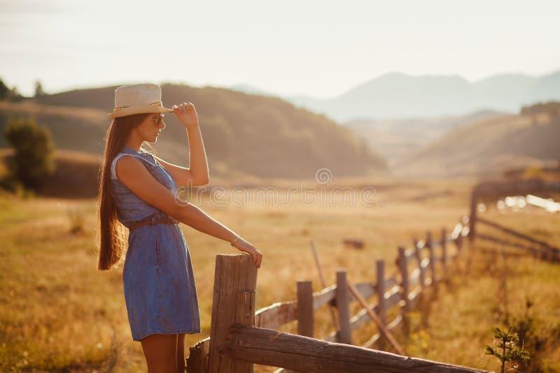 Het sexy alleen platteland van de vrouwenreis royalty-vrije stock afbeeldingen