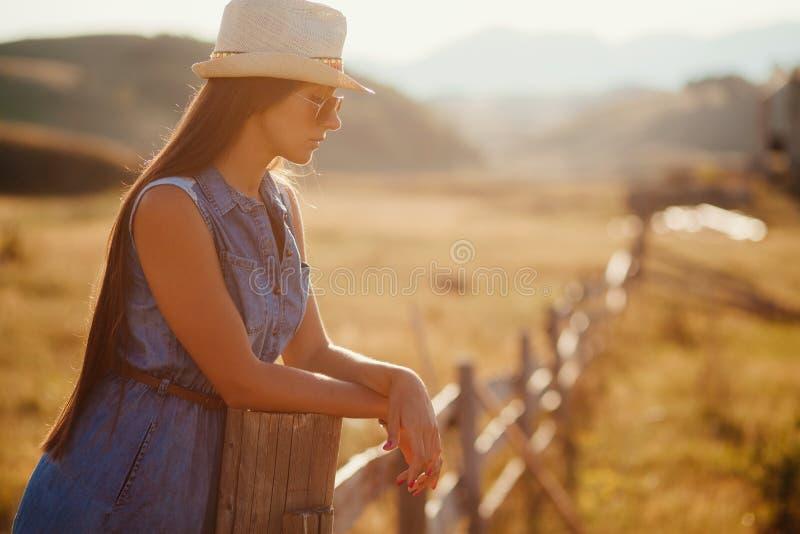 Het sexy alleen platteland van de vrouwenreis royalty-vrije stock afbeelding