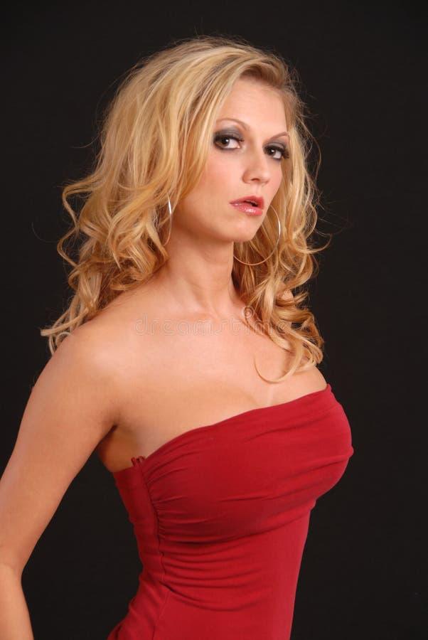 Het sexy blonde stellen in rode bovenkant royalty-vrije stock fotografie