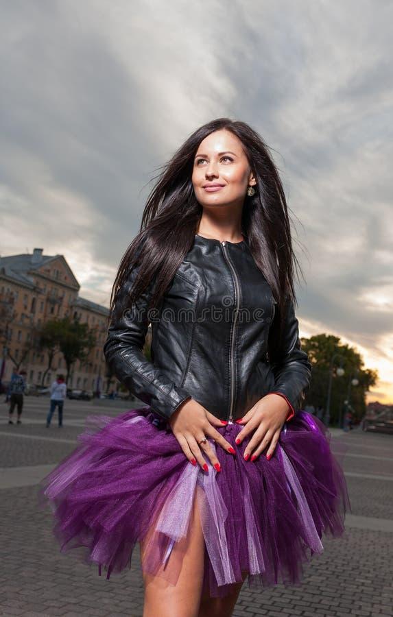 Het sexy brunette weared in openlucht zwart leerjasje royalty-vrije stock foto's