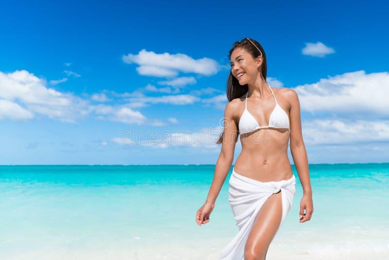 Het sexy de vrouw van het bikinilichaam ontspannen op strand - gewichtsverlies of epilationconcept stock foto's